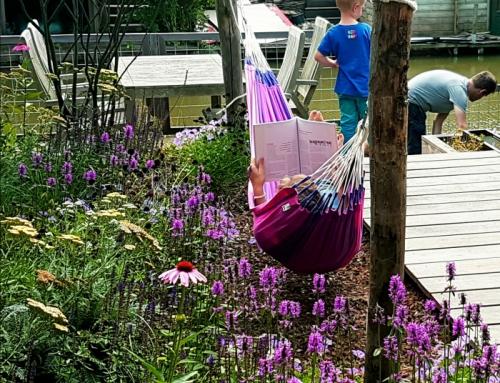 Familietuin aan het water: spelen, tuinieren en loungen in één